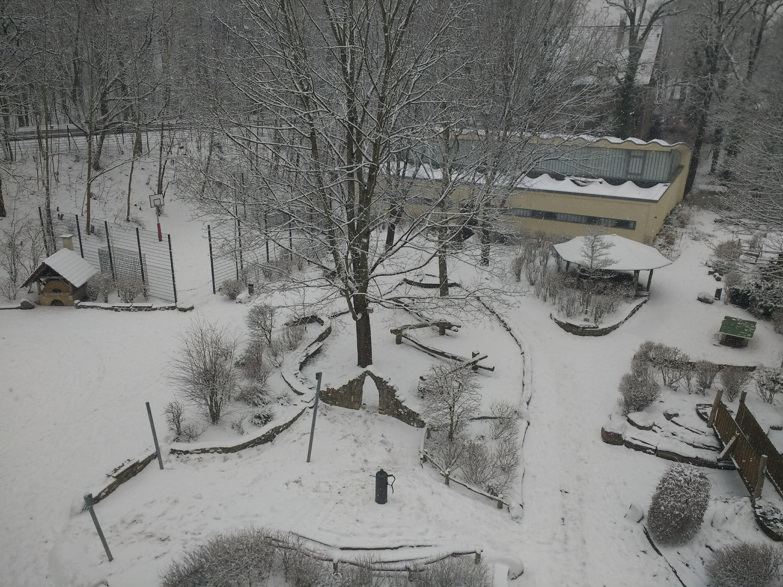 Schulhof im Schnee